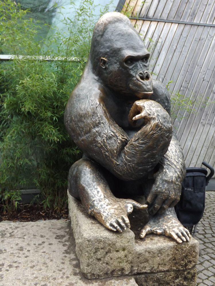 Gorillastatue am Eingang des Urwaldhauses (Tierpark Hellabrunn)