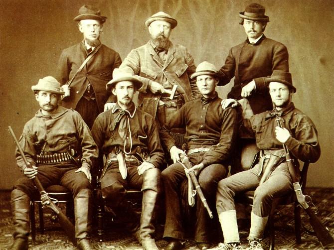 Othniel Charles Marsh (Hinten, Mitte) mit Assistenten 1072 während einer Expedition während des Bone Wars. Im Vordergrund (von links nach rechts): Thomas H. Russell, Benjamin Hoppin, Charels D. Hill und James MacNaughton