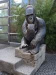 Gorilla am Eingang des Urwaldhauses (Tierpark Hellabrunn)