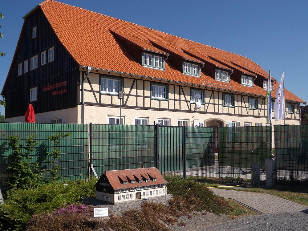 Schafstall im Bürgerpark, Original und Modell im direkten Vergleich (Kleiner Harz, Wernigerode)