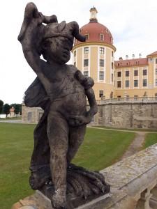 Eine der vielen Statuen von Schloss Moritzburg