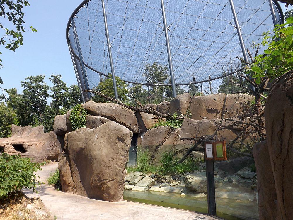 Weißkopfseeadlervoliere, davor Anlagen für Streifenhörnchen und Baumstachler (Zoo Brno)