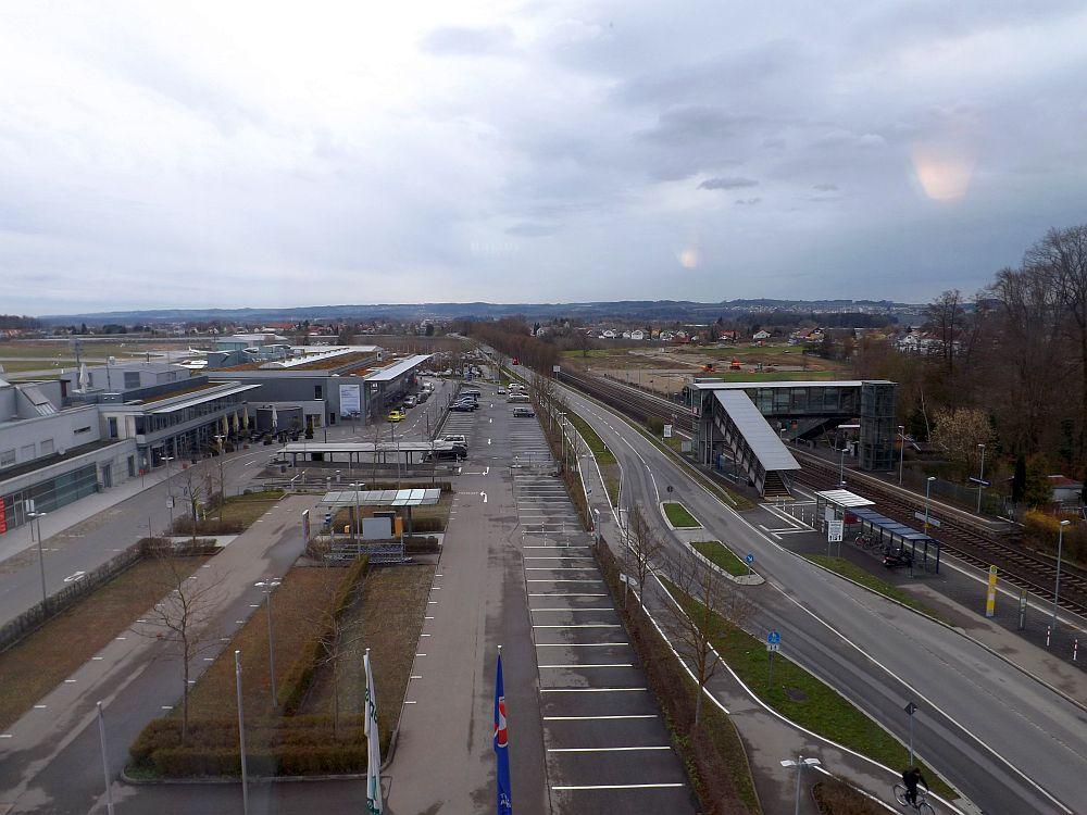 Friedrichshafen, Blick vom Hotrl auf Flughafen und Bahnhof