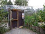Eingang zur begehbaren Anlage der Totenkopfäffchen (Affen- und Vogelpark Eckenhagen)